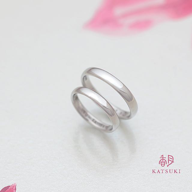 丸いシルエットがやわらかいシンプルな結婚指輪