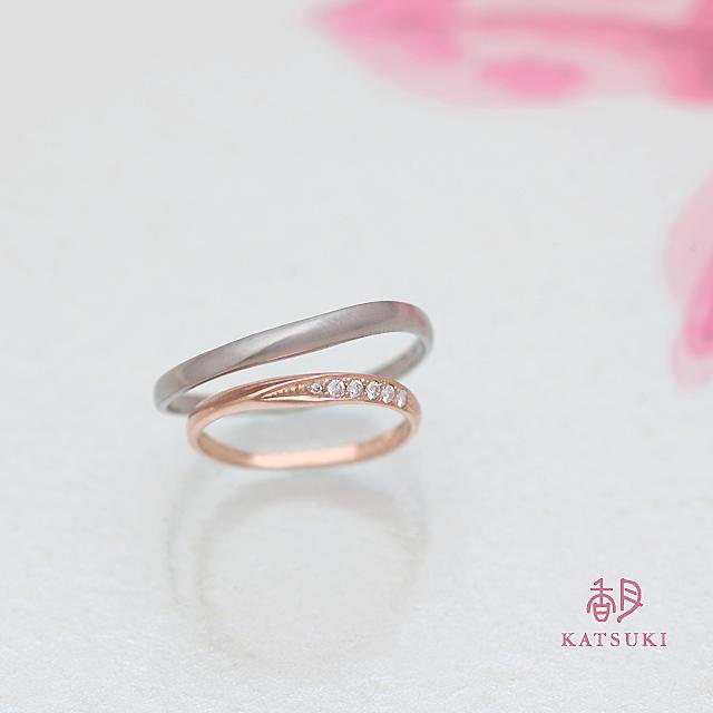 優しいひねりのシルエットが特徴的な結婚指輪