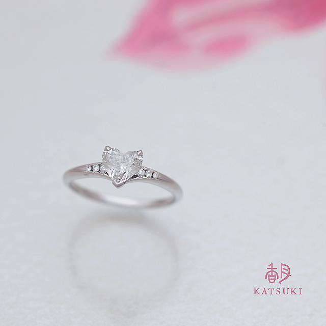 ハートシェイプカットのダイヤモンドが煌めく婚約指輪
