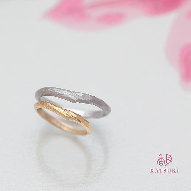 木目と面取りを半周ずつに施した結婚指輪