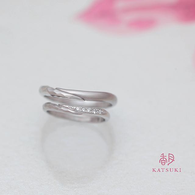ハーフ&ハーフのデザインが個性的なプラチナの結婚指輪