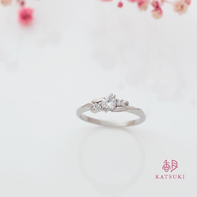 唐草に願いを込めたサプライズの婚約指輪