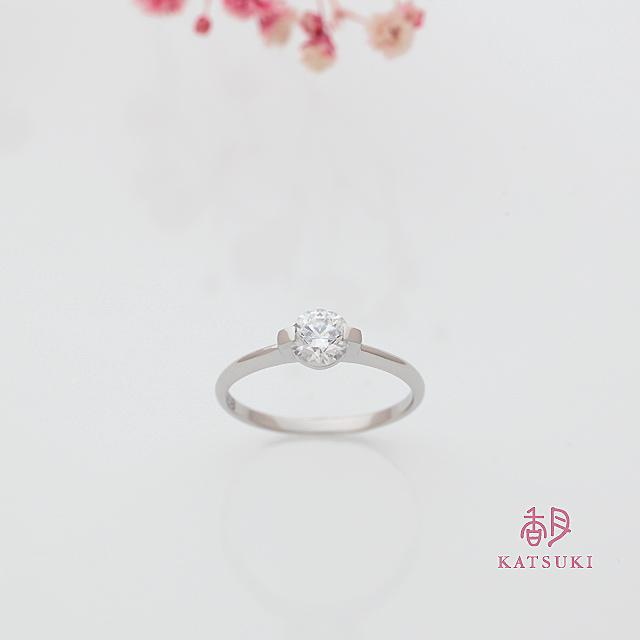 サプライズで贈られた2点留めの婚約指輪