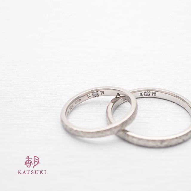 内側にダイヤモンドが輝く結婚指輪