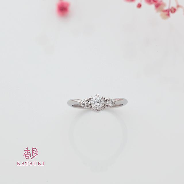 サプライズで贈られた華やかな婚約指輪