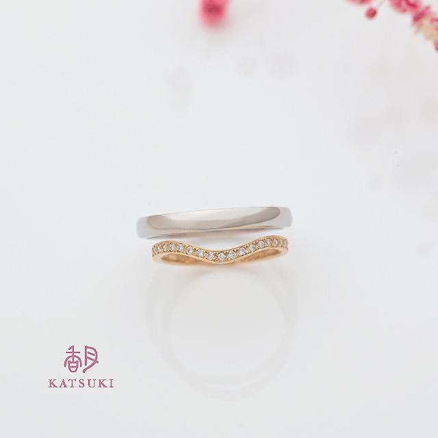 ハーフエタニティをVラインにアレンジした結婚指輪