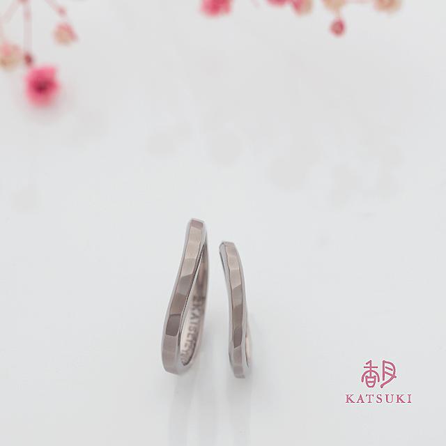 ゆるいカーブが柔らかに際立つ結婚指輪