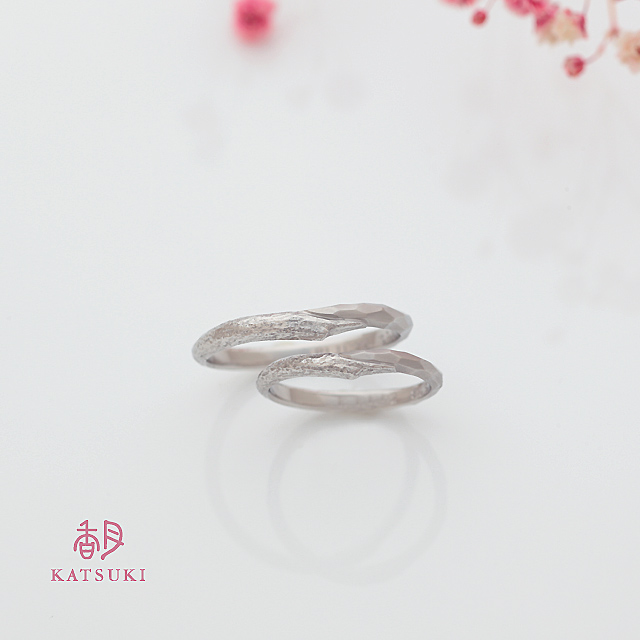 2つのテクスチャーを半周ずつに施した結婚指輪