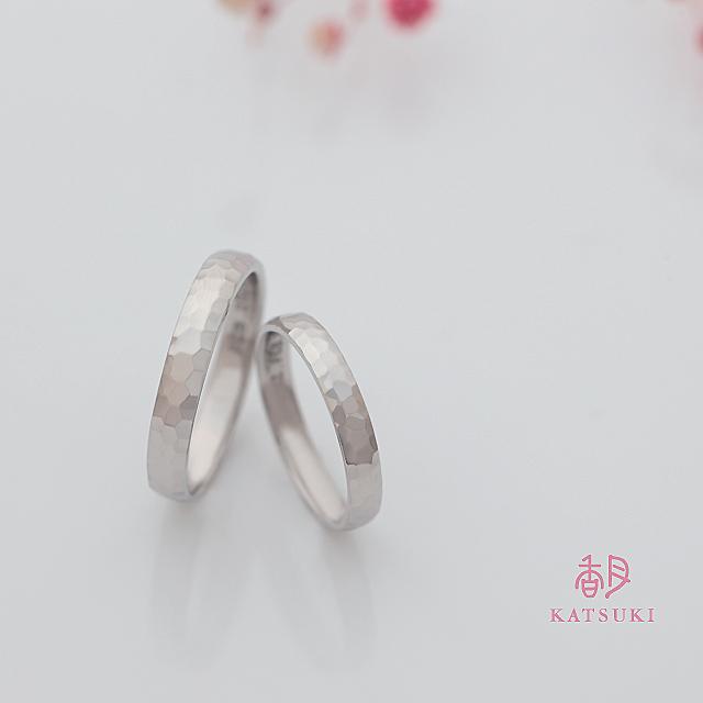 02.FEB.2020と刻まれた結婚指輪