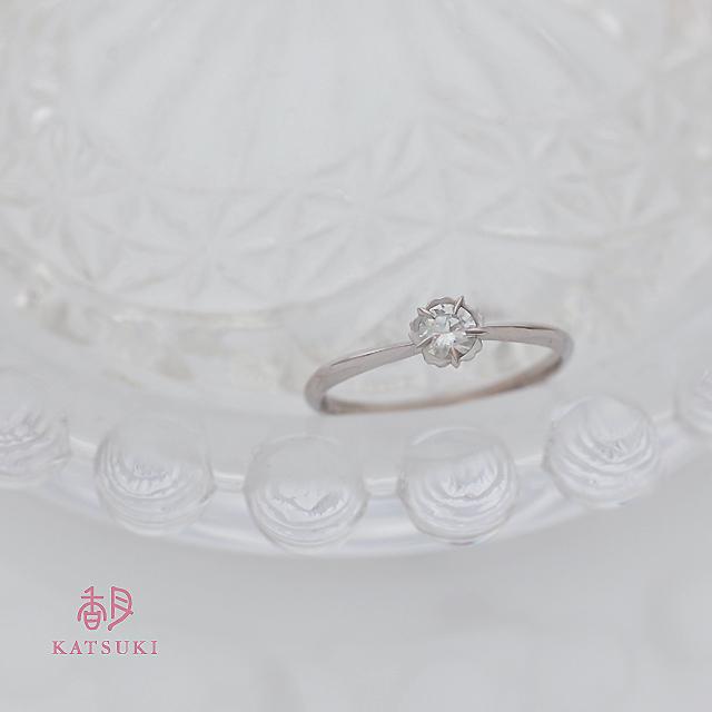 お花が優しくダイヤモンドを包む婚約指輪
