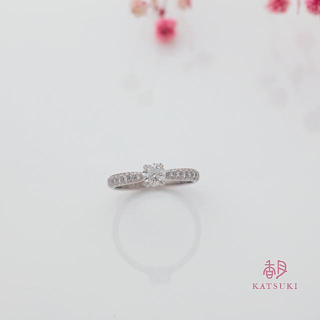 彫りを施しメレダイヤを敷きつめた婚約指輪