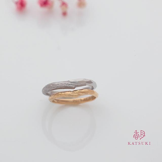 木目と面取りがハーフハーフの結婚指輪