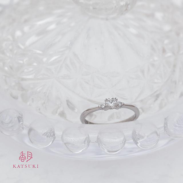 ピュアな輝きをぎゅっとあしらった婚約指輪