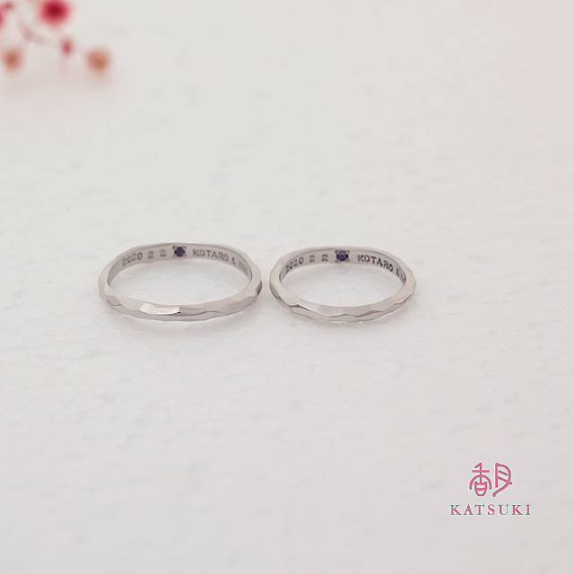 面取り仕上げと優しいリングラインが個性的な結婚指輪