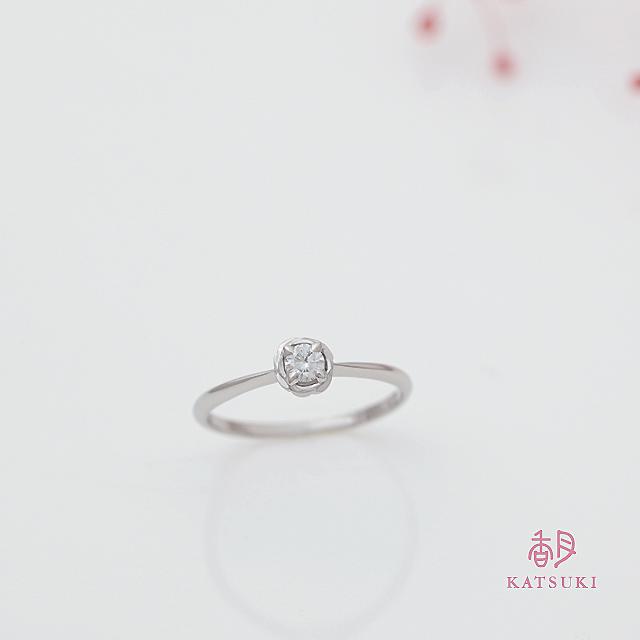 サプライズで贈られたバラの婚約指輪