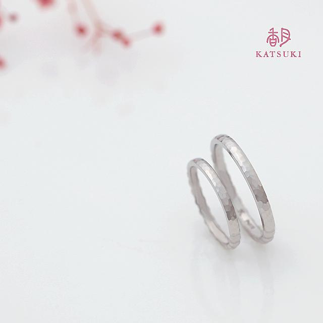 細かく面取りを施した結婚指輪