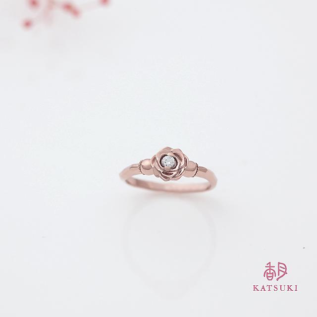 ピンクゴールドが愛らしさを引き立てるバラの婚約指輪