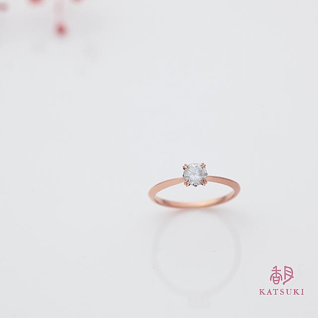 サプライズで贈られたピンクゴールドの婚約指輪【シャンス】