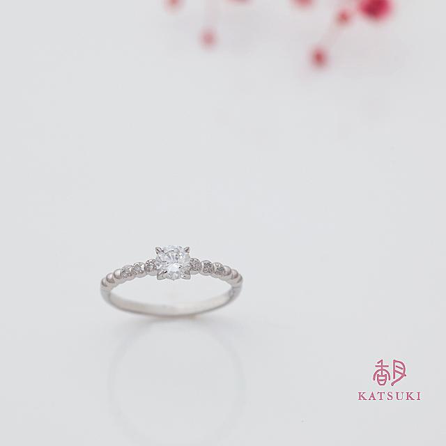 プラチナボールにダイヤモンドが輝く婚約指輪【プール・アムール】