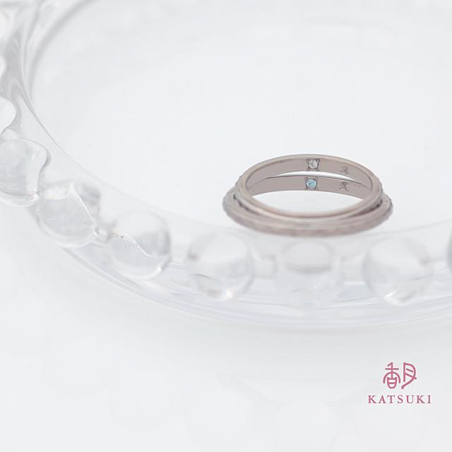 内側にブルートパーズとムーンストーンが佇む結婚指輪【リール】