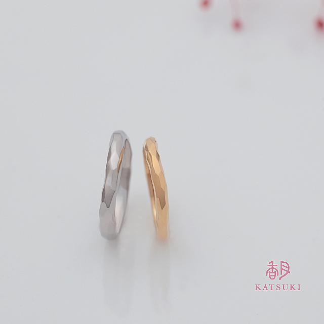 たくさんの面が輝きを放つ結婚指輪【ウルー】
