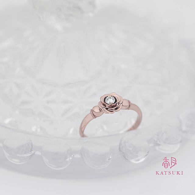 バラの花びらが優しくダイヤモンドを包む婚約指輪【ローズ】