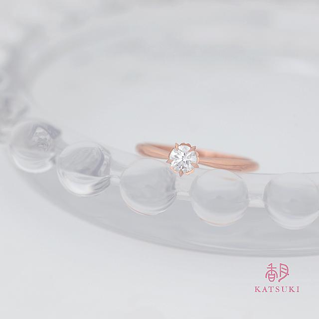 5枚の花びらがダイヤモンドを包む婚約指輪【フルーリ】