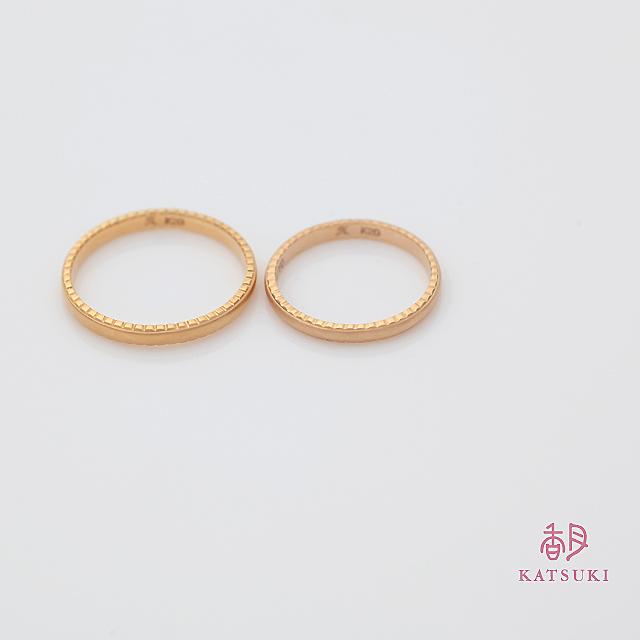 横顔にさり気ない個性を秘めた結婚指輪【アン・ラポール】