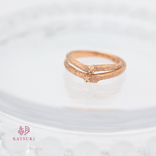 ゆずの花がおふたりらしさを添える結婚指輪