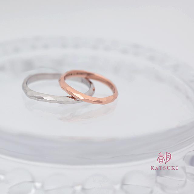 波打つシルエットに面取りを施す結婚指輪【ウルー】