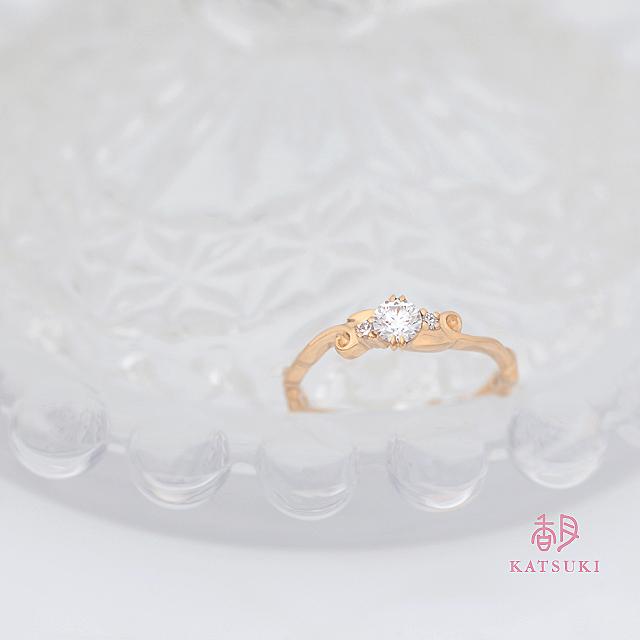 唐草に願いを込めた華奢な婚約指輪【アンフィン】