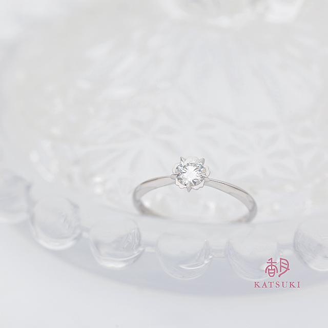 アシンメトリーが個性的な婚約指輪【フルーリ】