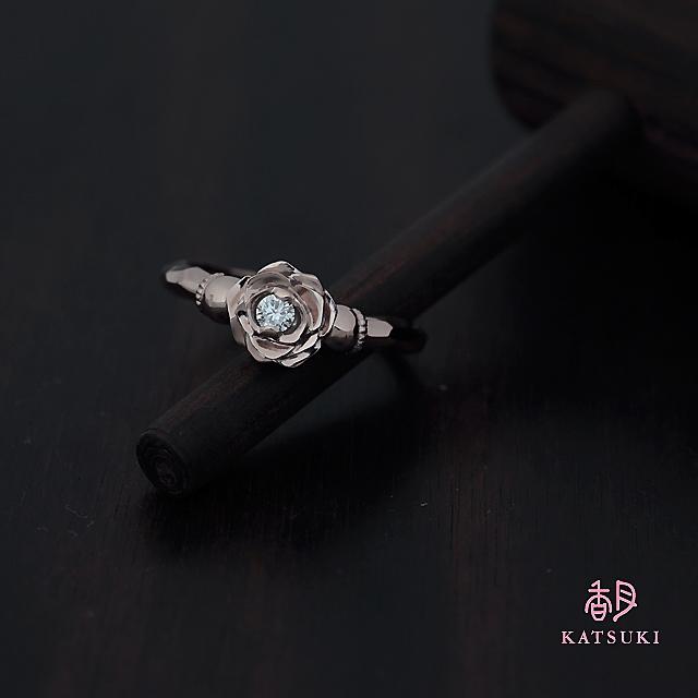 大輪のバラにダイヤモンドが輝く婚約指輪【ローズ】