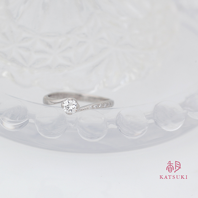Sラインを描く婚約指輪【コルヌイエ】