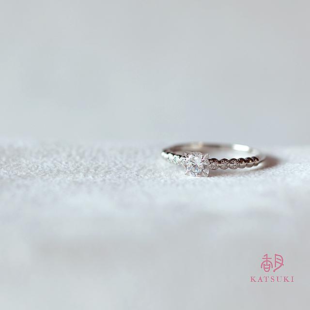 愛らしさと華やかさの漂う婚約指輪【プール・アムール】