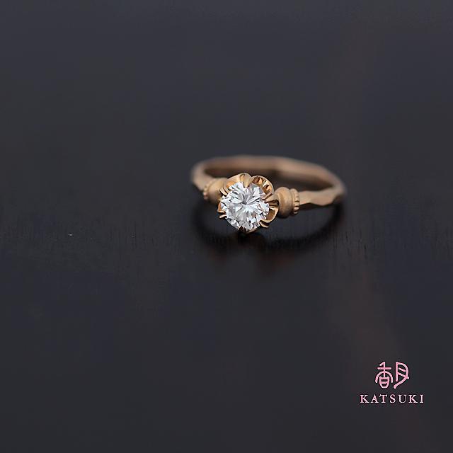 受け継がれたダイヤモンドが輝く婚約指輪【グレイス】